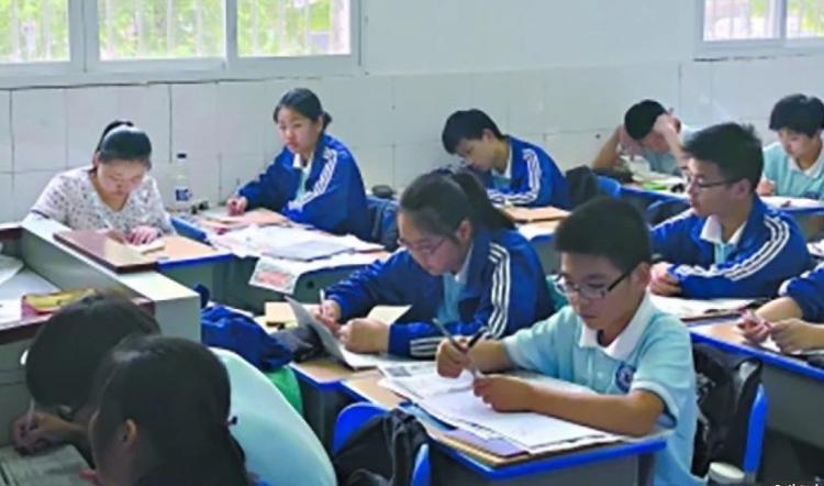 3 năm qua, cô Dai Jihua luôn ngồi trong lớp học cùng con trai. Ảnh: Sina