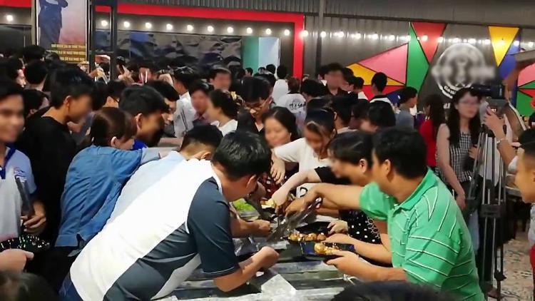 Hàng trăm thực khách tập trung quanh khu vực các khay thức ăn