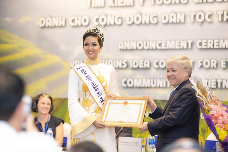 Vì vậy, thông qua chương trình, hoa hậu H'Hen Niê được đại diện Ủy ban Dân tộc trao tặng bằng khen vì có thành tích tiêu biểu trong việc truyền cảm hứng phát triển cộng đồng cho thanh thiếu niên người dân tộc thiểu số.