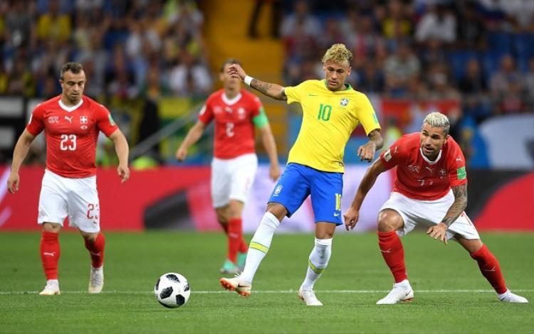 """Neymar dính """"mưa đòn"""" từ đội tuyển Thụy Sĩ trong ngày ra quân. Ảnh: Fifa.com."""