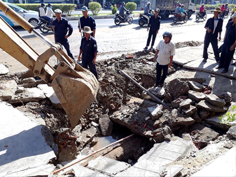 Hố rộng hơn chục mét, sâu 2 mét xuất hiện trên vỉa hè ở Nha Trang. Ảnh: An Phước.