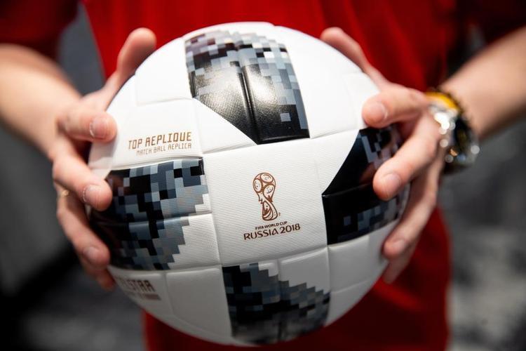 FIFA vẫn tỏ ra rất tự tin về trái bóng Telstar 18. Có thể bạn chưa biết những trái bóng này được sản xuất tại Pakistan.