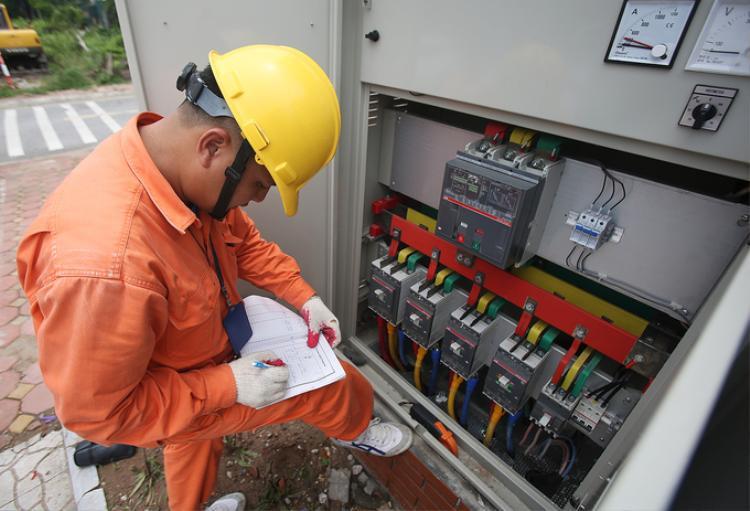 """Khi đó, một công việc không thể thiếu của các công nhân điện lực là đi đo dòng điện hàng đêm để phát hiện bất thường. """"Đường dây gồm 4 dây, 3 pha lửa một pha nguội. Về mặt nguyên tắc 3 pha lửa phải cân bằng nhau, chênh lệch không quá 15%. Khi đi đo công suất, nếu công nhân điện lực phát hiện thấy chênh lệch thì phải cân đảo pha, tránh gây thất thoát điện, thậm chí sự cố nếu chênh lệch quá lớn"""", anh Đoàn Hồng Phương, Đội phó đội quản lý điện lực Phường Việt Hưng giải thích."""