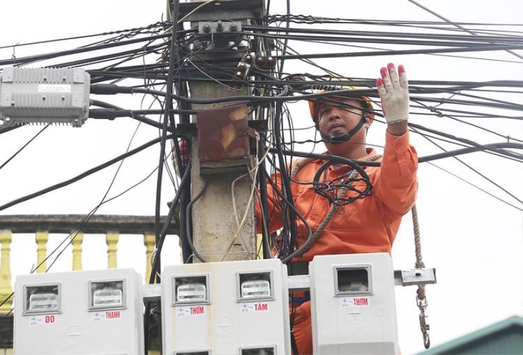 Trong những ngày nắng nóng kéo dài như hiện nay, cao điểm sử dụng điện tại các khu vực dân cư là 22h30 đến 23h30 đêm. Công suất có thể cao hơn 30% so với thời điểm thông thường.