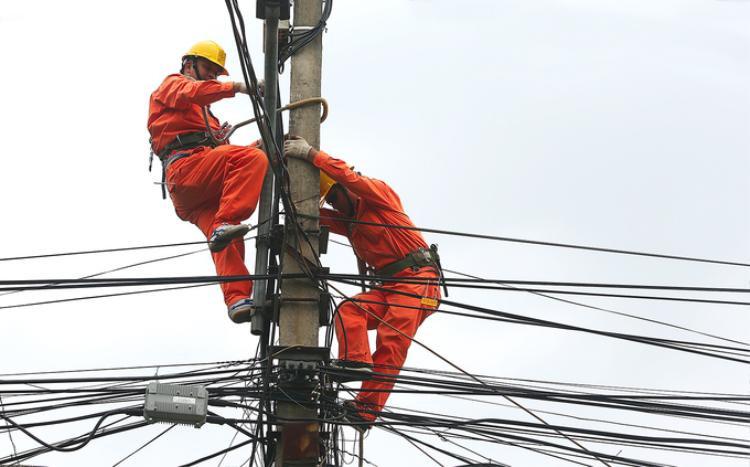 Mùa nóng, lịch làm việc thường ngày của công nhân điện lực chuyển sang khung giờ 5h30 đến 10h30 sáng ở ngoài trời, sau đó chuyển sang làm những công việc nhẹ nhàng hơn ở trong nhà, bóng râm. Tuy nhiên, mỗi khi có dấu hiệu bất thường ở đường dây hoặc đi kiểm tra, công nhân điện lực vẫn phải lao ra đường bất kể mưa nắng. Riêng Việt Hưng, Long Biên đã có tới 80 trạm biến áp. Mỗi ngày đội công nhân phải chia nhau đi đo công suất ở lần lượt tất cả các trạm.