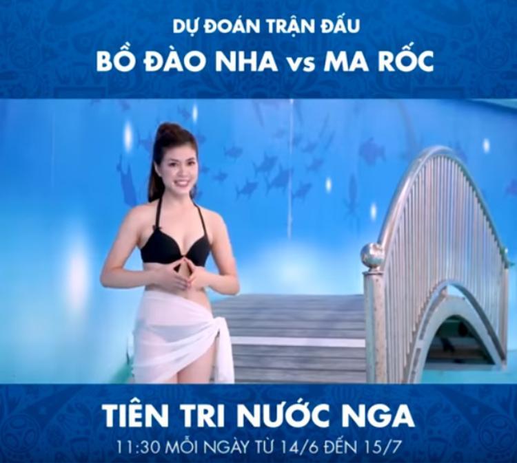 MC Thu Hằng trong trang phục bikini khi dẫn chương trình 'Tiên tri nước Nga'. Ảnh: FBNV.