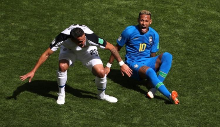 """Neymar bị hậu vệ đối phương """"chăm sóc"""" rất kỹ. Ảnh: Reuters."""
