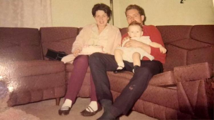 Dawn cùng mẹ và cha của mình, ông Wayne. Ảnh: SWNS.com