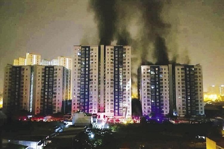 0h 23/3/2018, lửa bắt từ tầng hầm chung cư Carina (Q.8, TP.HCM) đã thiêu rụi mọi thứ.
