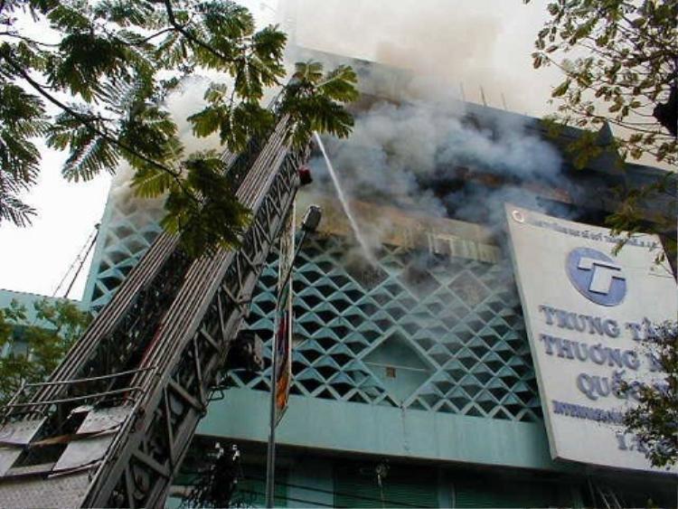13h30, 29/10/2002, lửa bắt từ vũ trường Blue tầng 3, sau đó lan rộng xuống tầng 2 và nhanh chóng nuốt chửng toàn bộ trung tâm thương mại Quốc tế ITC.