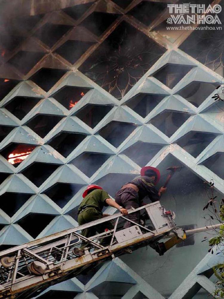 """""""Lần đầu trong đời, tôi mới biết lửa có thể cháy lan nhanh như vậy. Bức tường bên hông khi tôi lên vẫn bình thường, nhưng chỉ trong chớp mắt nó bất ngờ đổi màu, ám khói và bùng cháy"""", người lính PCCC nhớ lại."""