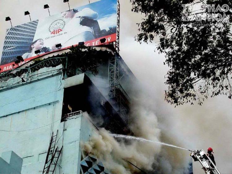 Những chiến sĩ PCCC ra sức dập tắt đám cháy và giải cứu nạn nhân trong suốt ngày dài.