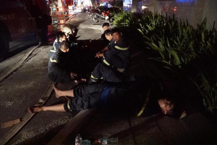 Tất cả đều mệt nhoài sau nhiều giờ liền giải cứu người bị nạn.