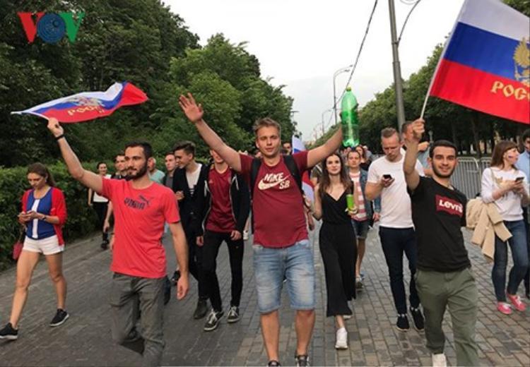 Những cổ động viên bóng đá ở Moscow những ngày này. Ảnh: Anh Tú