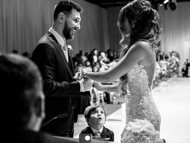 Quyến rũ bên ông chồng nổi tiếng trong ngày cưới khiến hàng triệu chị em phải thầm ghen tị.
