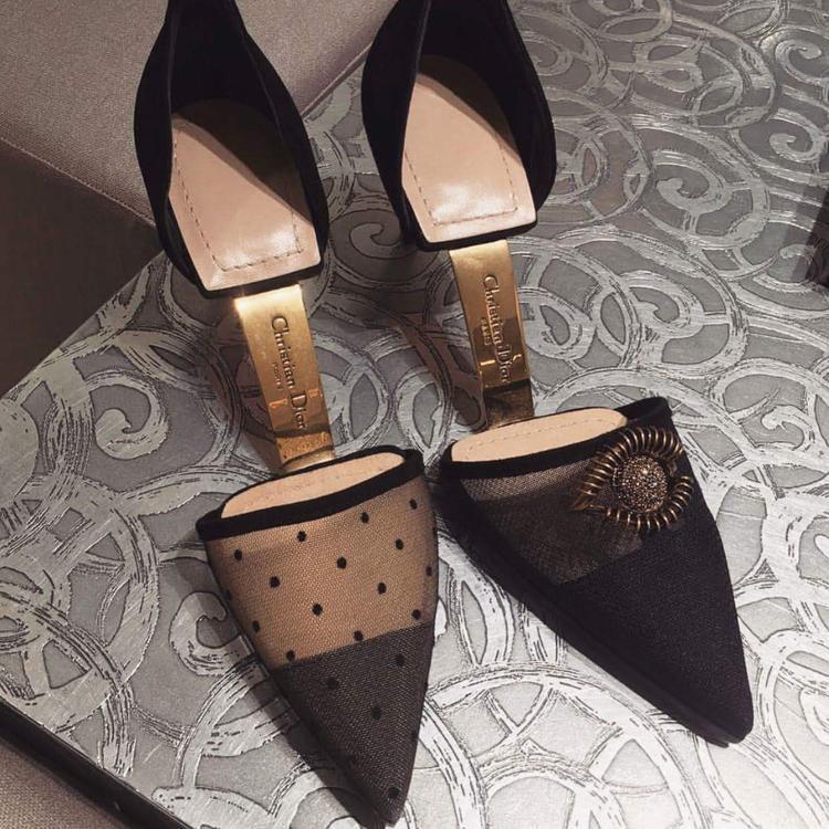 Thay vì phần đế liền thành một mảnh, mẫu giày mới của Dior rất sáng tạo khi cắt làm đôi. Phần mũi và gót dính với nhau bằng tấm kim loại, chạm khắc tên Christian Dior sang chảnh.