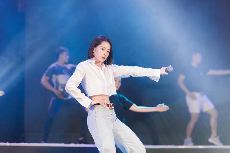 Chi Pu mang Đoá hoa hồng đọ sắc cùng dàn thí sinh tại Chung khảo phía Nam Hoa hậu Việt Nam 2018
