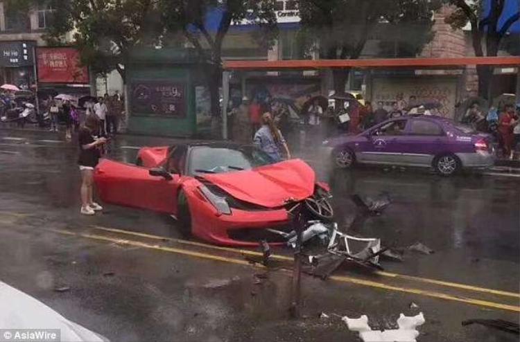 Chiếc xe Ferrari 458 bị hư hỏng hoàn toàn ở phần đầu.