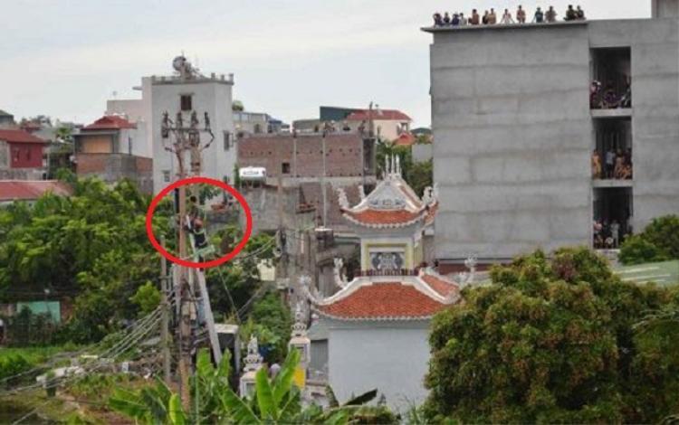 Lực lượng chức năng giải cứu thành công nam thanh niên leo lên cột điện la hét.