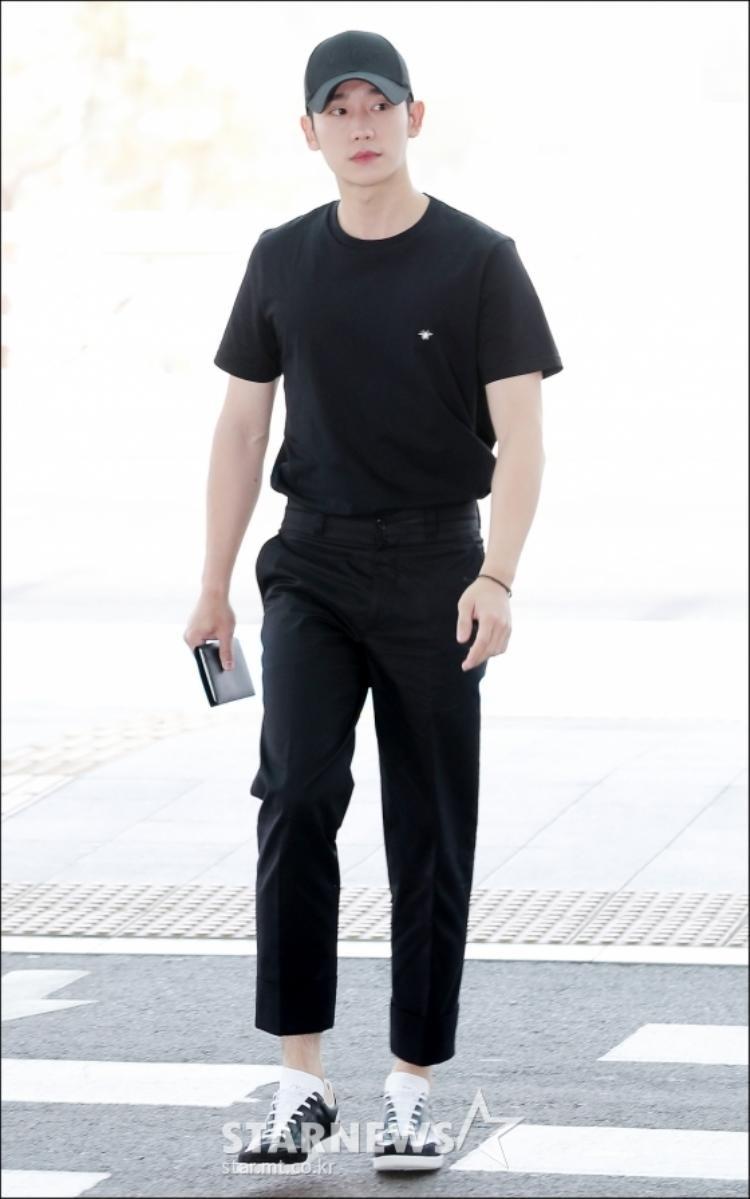 """Làn da của Jung Hae In trắng hơn khi mặc nguyên """"cây"""" đen."""