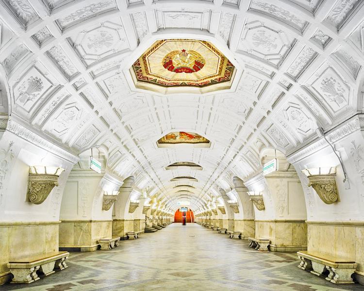 Ga Belorusskaya được xây dựng vào năm 1983 ở Moscow. Nó được thắp sáng theo cách để mô phỏng lại đúng nguyên trạng mới được xây dựng.