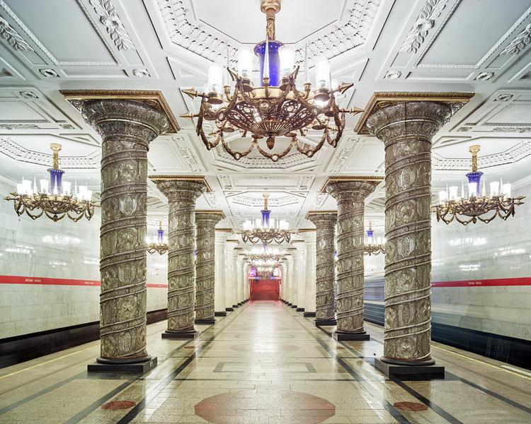 """Còn đây là Ga Avtovo Metro Station cũng ở thành phố này. Burdeny nói đây là một trong những ga tàu anh thích nhất bởi """"nó rất mang phong cách Nga""""."""