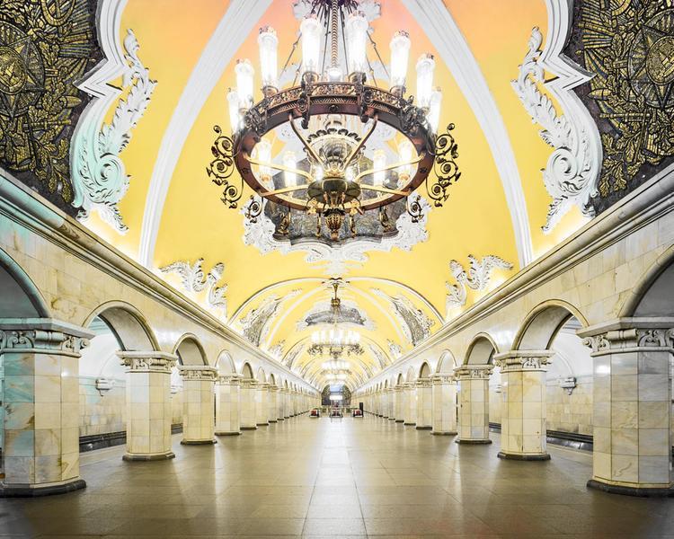 Ga Komsomolskaya Metro Station với trần màu vàng cực kì bắt mắt và lối kiến trúc với nhiều điểm nhấn tỉ mỉ.