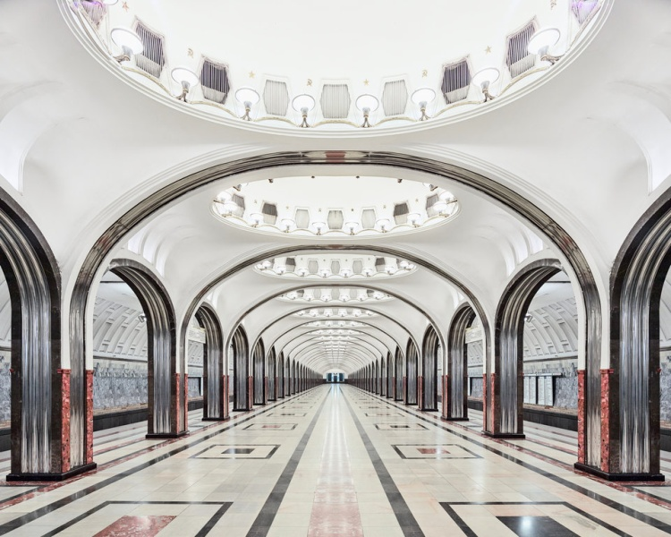 Những đường cong mềm mại ở ga Mayakovskaya.