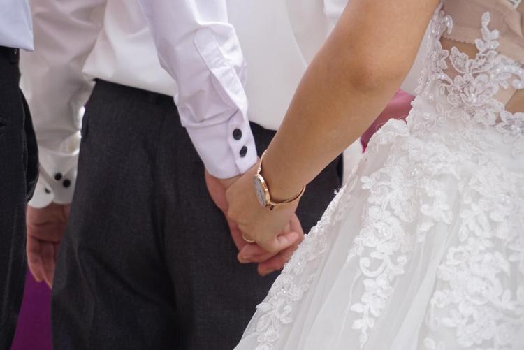 Họ cùng nắm chặt tay nhau vượt qua những ngày gian khó.