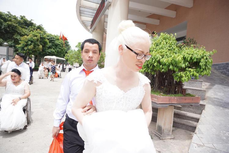 Chị Hằng là ánh sáng cho cuộc đời anh Vinh, còn người đàn ông này là bờ vai vững chãi cho vợ.