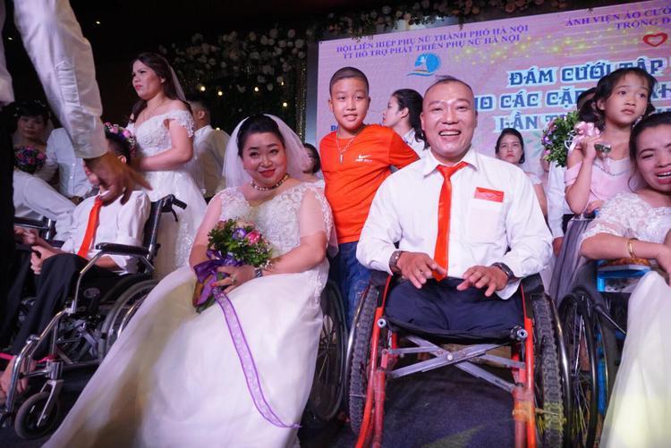 Vợ chồng anh Thức rạng ngời bên con trai 10 tuổi trong ngày cưới.