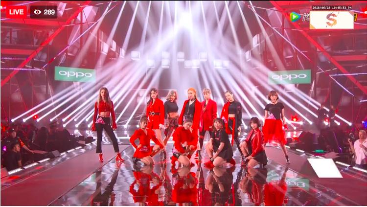 Màn trình diễn đốt cháy sân khấu của 22 cô gái tài năng của Sáng tạo 101.