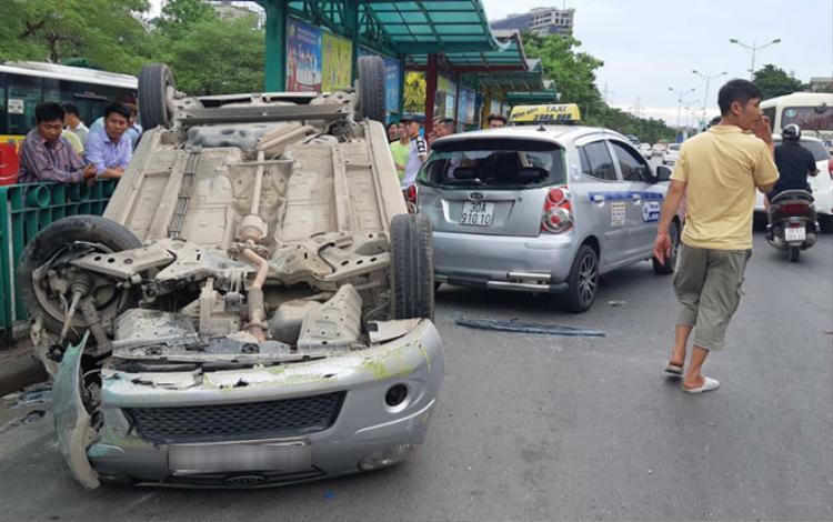 Ô tô lật ngửa khiến hành khách hoảng sợ