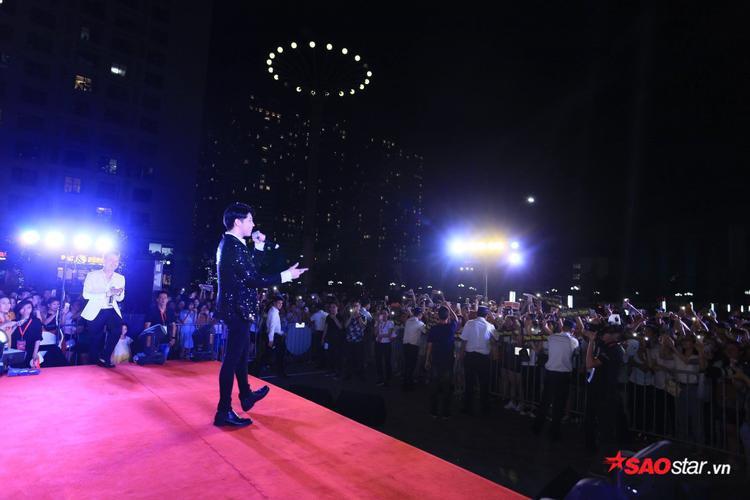 Đông đảo khán giả có mặt ủng hộ và thưởng thức sự kiện.