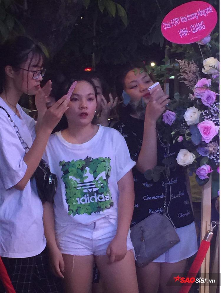 Fan nữ may mắn được Noo Phước Thịnh che mưa cũng có mặt cổ vũ cho nam ca sĩ tại sự kiện.