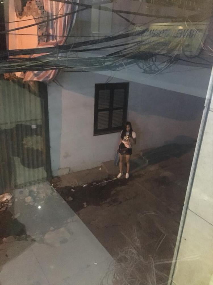 Hình ảnh cô gái chờ bạn trai trong đêm.