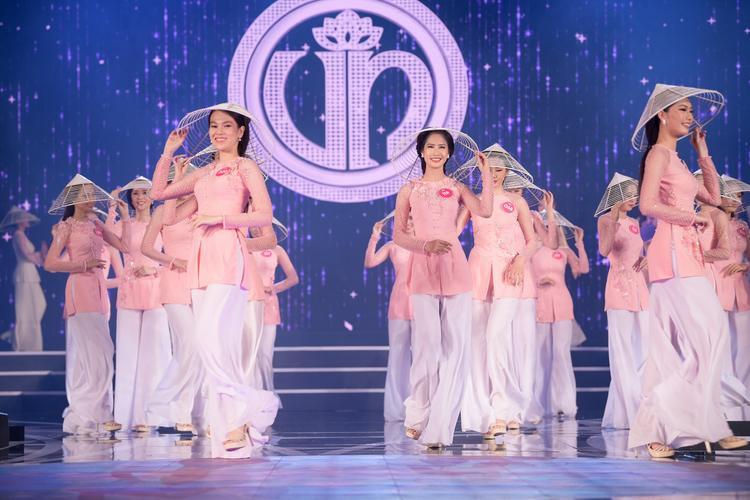 Các thí sinh đồng diễn áo bà ba trong phần mở màn của chương trình.