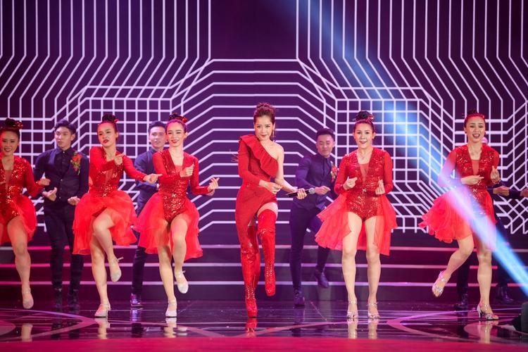 """Chi Pu cực """"sung"""" biểu diễn trong phần thi bikini cùng các thí sinh."""