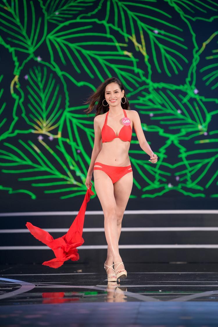 Các thí sinh khoe vẻ ngoài nóng bỏng trong phần trình diễn bikini.