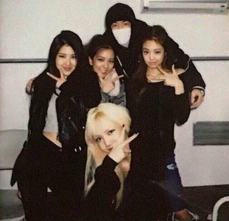 """BlackPink đã thân thiết với """"phù thuỷ tạo hit"""" nhà YG từ khi các cô gái còn là trainee."""