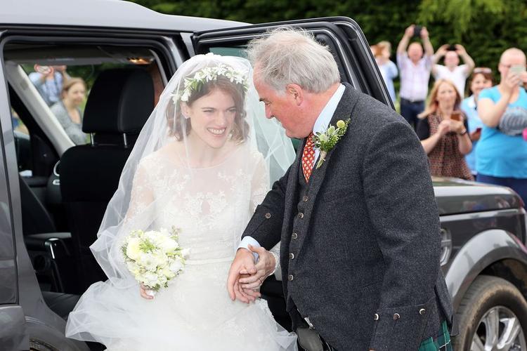 Cô dâu Rose Leslie và cha.
