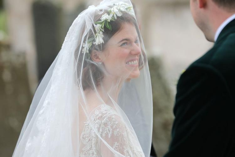 Nụ cười rạng rỡ của Rose Leslie trong ngày cưới.