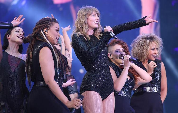 Dù không lấp đầy được hết 100% khán đài, nhưng đám đông này vẫn hoàn toàn có thể khiến cho Taylor ngẩng cao đầu đầy tự hào.