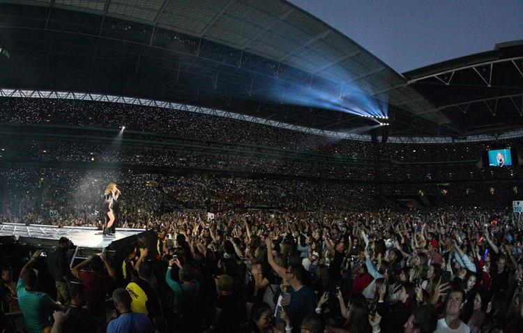 Đám đông khổng lồ của hơn 70,000 khán giả tại Wembley.