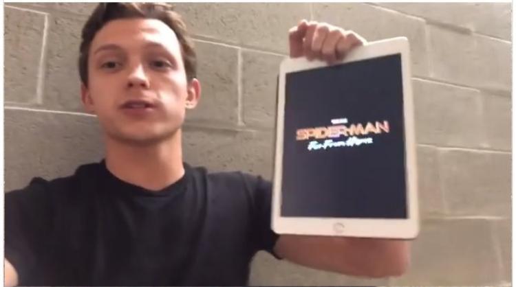 """Tom Holland vô tình hay cố ý khoe luôn tựa phim """"Spider-man: Far From Home""""?"""
