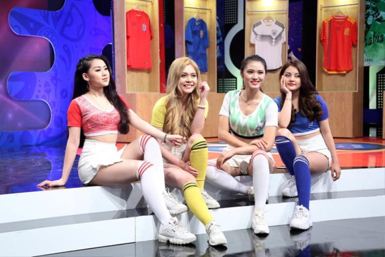 Sự xuất hiện của các hot girl đã gây nhiều tranh cãi.