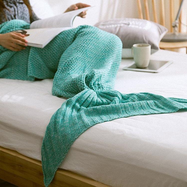 Chỉ cần cho đôi chân vào trong chiếc chăn này là bạn đã giống hệt nàng tiên cá rồi đấy!
