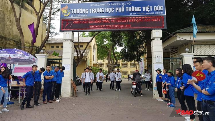 Chiều nay, 24/6, tại điểm thi trường THPT Việt Đức (Hà Nội) các thí sinh đã có mặt từ rất sớm để nghe phổ biến quy chế thi.