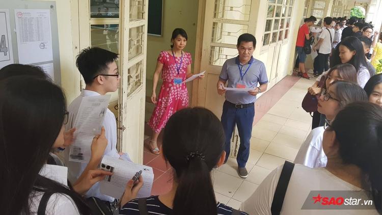 Đúng 14h, thí sinh được gọi vào phòng thi.