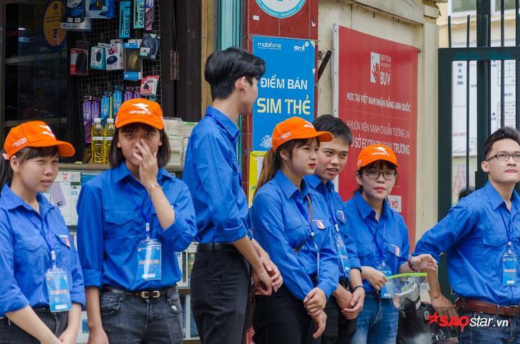 Đội sinh viên tình nguyện luôn sẵn sàng để hỗ trợ thí sinh và phụ huynh trong những ngày thi quan trọng sắp tới.